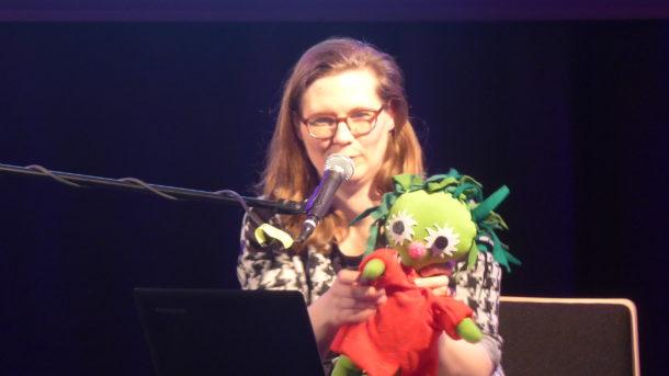 """Die Autorin Kirsten Fuchs liest auf der Bühne des Leipziger Kupfersaals aus ihrem ersten Kinderbuch """"Der Miesepups"""""""